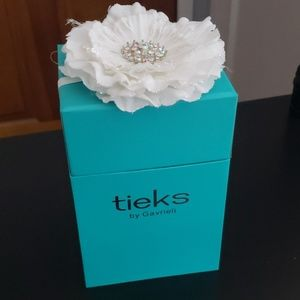 Tieks box with white flower